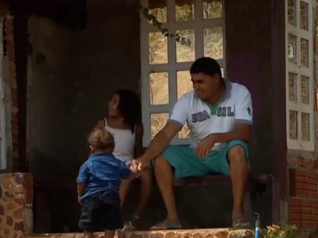 Fernandes construiu casa para filha esperar por ônibus (Foto: Reprodução/TV Anhanguera)