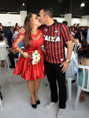 Adenilson e Viviane decidiram se casar com as cores do time do coração (Foto: Daiane Baú/G1)