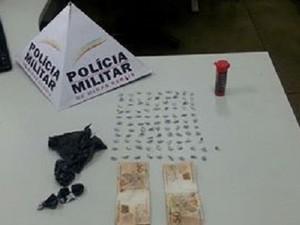 Casal é preso e droga é aprendida em Uberlândia (Foto: PM/Divulgação)