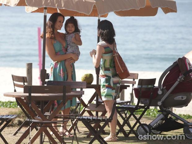 A mãe deixa a criança com Juliana sem nem imaginar que ela é desequilibrada (Foto: Pedro Curi/TV Globo)