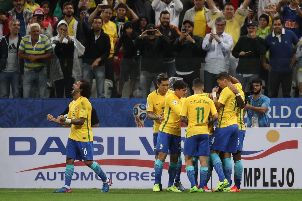 A seleção brasileira comemora a vitória sobre o Paraguai na Arena Corinthians: primeiro país classificado para a Copa além da Rússia (Foto: Pedro Martins / MoWA Press)