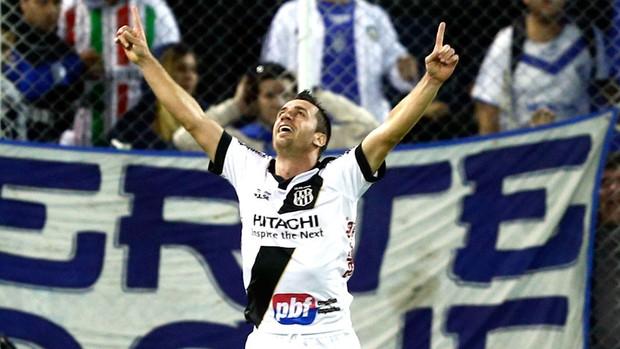 Elias comemora gol da Ponte Preta contra o Vélez (Foto: Agência Reuters)
