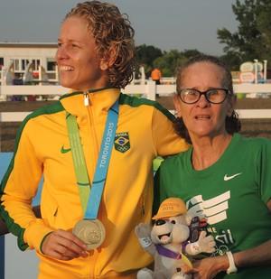 Yane Marques posa com a medalha e dona Goretti após ouro (Foto: GloboEsporte.com)