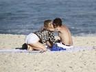 Juliana Didone troca beijos com o namorado em dia de praia