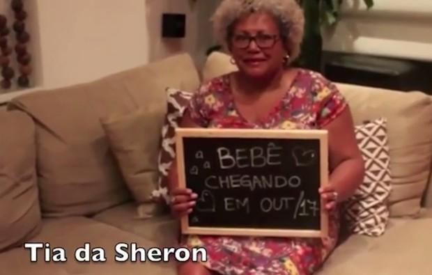 Tia de Sheron Menezzes com a plaquinha anunciando a gravidez da sobrinha (Foto: Reprodução/Instagram)
