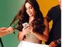 'Não tô namorando', desconversa Anitta em bastidor de ensaio