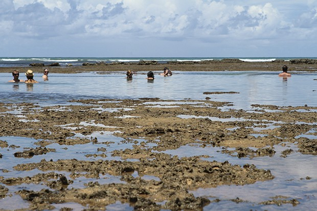 As piscinas naturais que se formam na região conhecida como papa gente. dá para mergulhar e ver peixes coloridos. (Foto: Tatiana Azeviche)