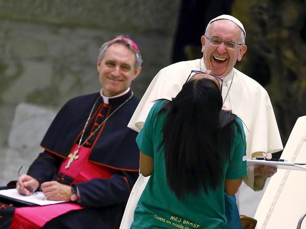 O Papa Francisco ri com uma fiel que faz parte do Movimento Eucarístico Jovem do Brasil durante audiência especial no hall Paulo VI no Vaticano (Foto: Tony Gentile/Reuters)