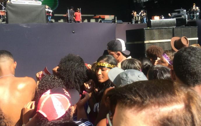 Plateia se aperta em frente ao palco antes do primeiro show (Foto: Henrique Mendes / Gshow)