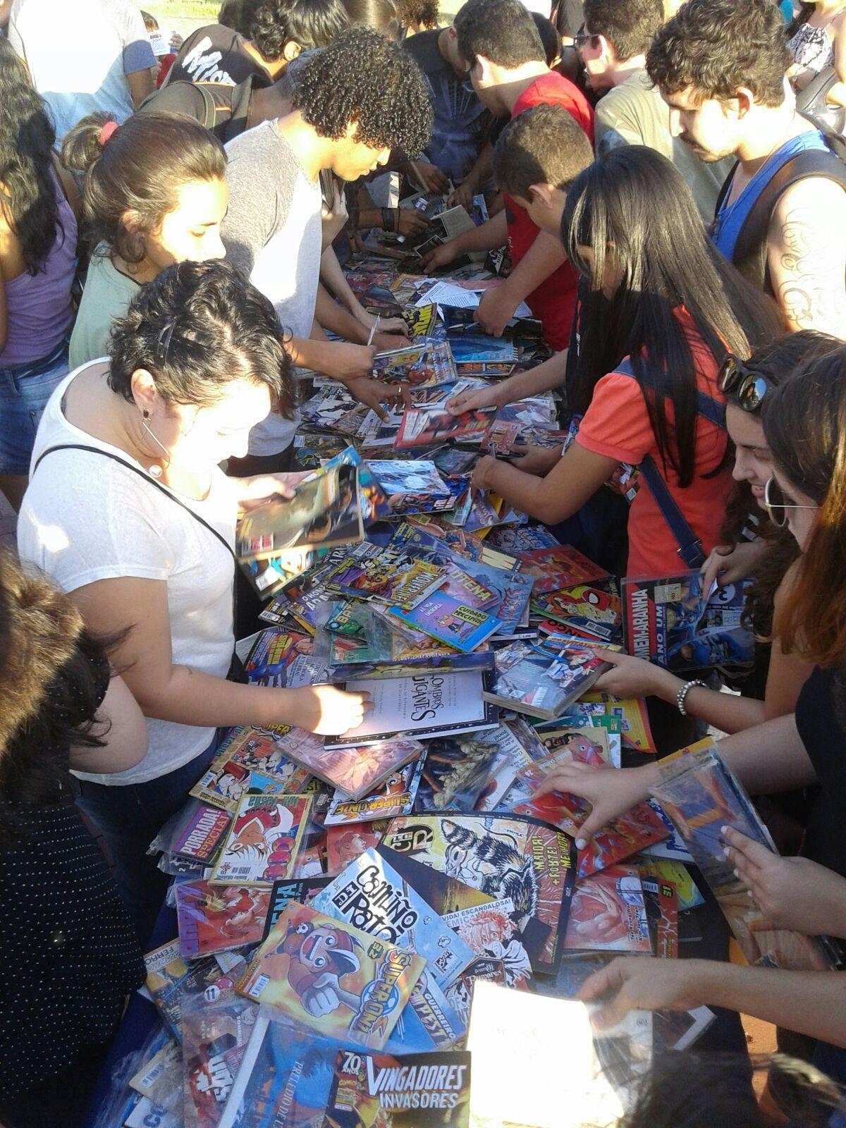 Dezenas escolhendo entre os gibis disponíveis para doação (Foto: Marcelo Costa/Arquivo pessoal)