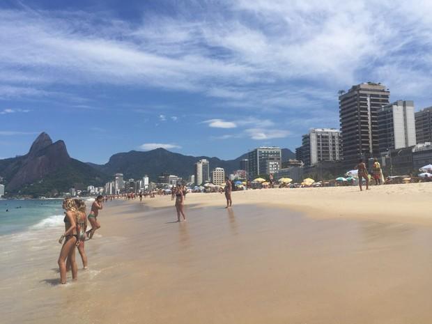 Sol leva cariocas à praia na manhça deste sábado (27) (Foto: Carla Milano)