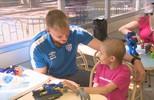 Exemplo de superação na luta contra o câncer, Douglas e Avaí visitam Hospital Infantil
