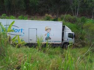Caminhão permaneceu no acostamento durante a manhã desta terça.  (Foto: Tiago Lopes )