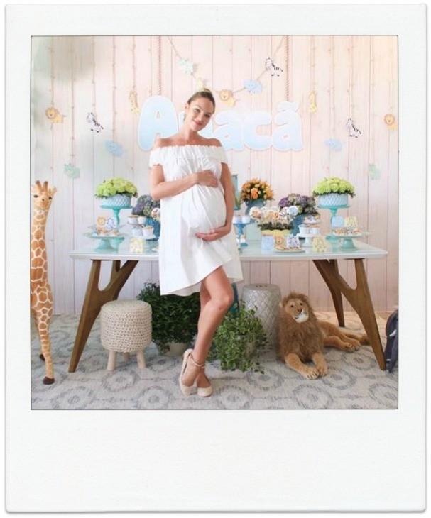 Candice Swanepoel está na reta final da gravidez. A modelo espera um menino  (Foto: Reprodução/ Instagram)