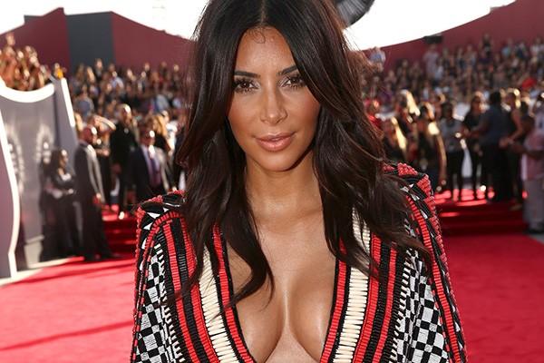 """A fama é complicada para todos, ainda mais as estrelas de reality shows. Kim Kardashian, a rainha deles, falou sobre isso à revista Cosmo. """"Às vezes me sinto como um animal de zoológico. Eu estou em um restaurante e de repente alguém coloca um celular na minha cara e tira uma foto minha sem nem dizer 'oi'"""". (Foto: Getty Images)"""