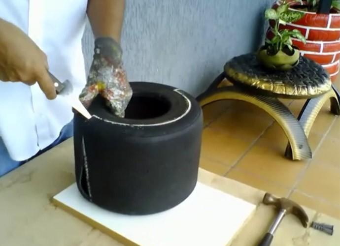 Com um giz, marque o pneu de acordo com vídeo (Foto: Reprodução/ Plug)