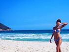Carolina Oliveira posa de biquíni na praia em dia de folga