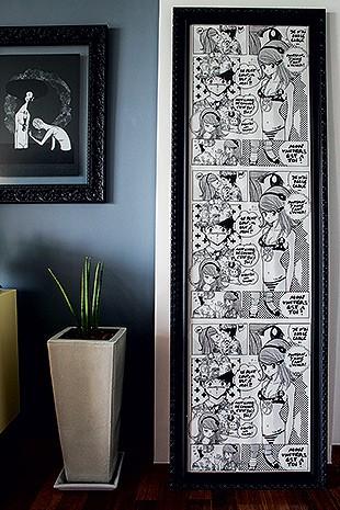 Sala de estar | Fã de cultura japonesa, Camila enquadrou o  papel de parede inspirado em mangá, feito pelo estilista francês Jean-Charles de Castelbajac e trazido de viagem ao exterior (Foto: Lufe Gomes/Casa e Jardim)