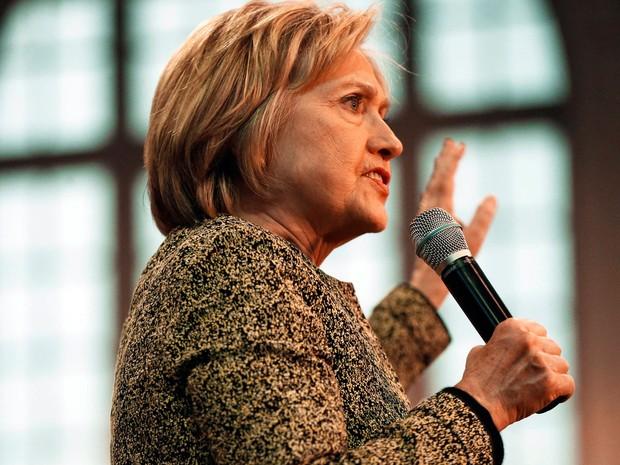 Pré-candidata Hillary Clinton começou a criticar Bernie Sanders em sua nova estratégia de campanha (Foto: Keith Srakocic/AP)