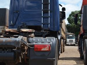 Após levar facada, caminhoneiro pediu ajuda em um posto de combustível (Foto: Aline Lopes/G1)