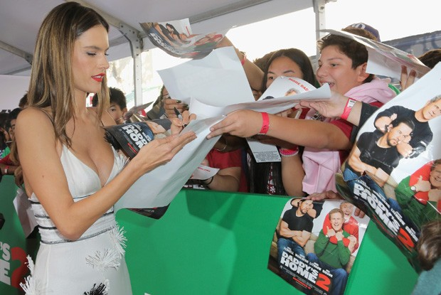 Alessandra Ambrosio distribui autógrafos (Foto: Getty Images)