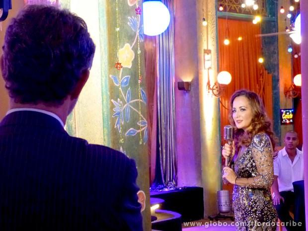 Guiomar canta para Duque, que se derrete todo (Foto: Flor do Caribe / TV Globo)