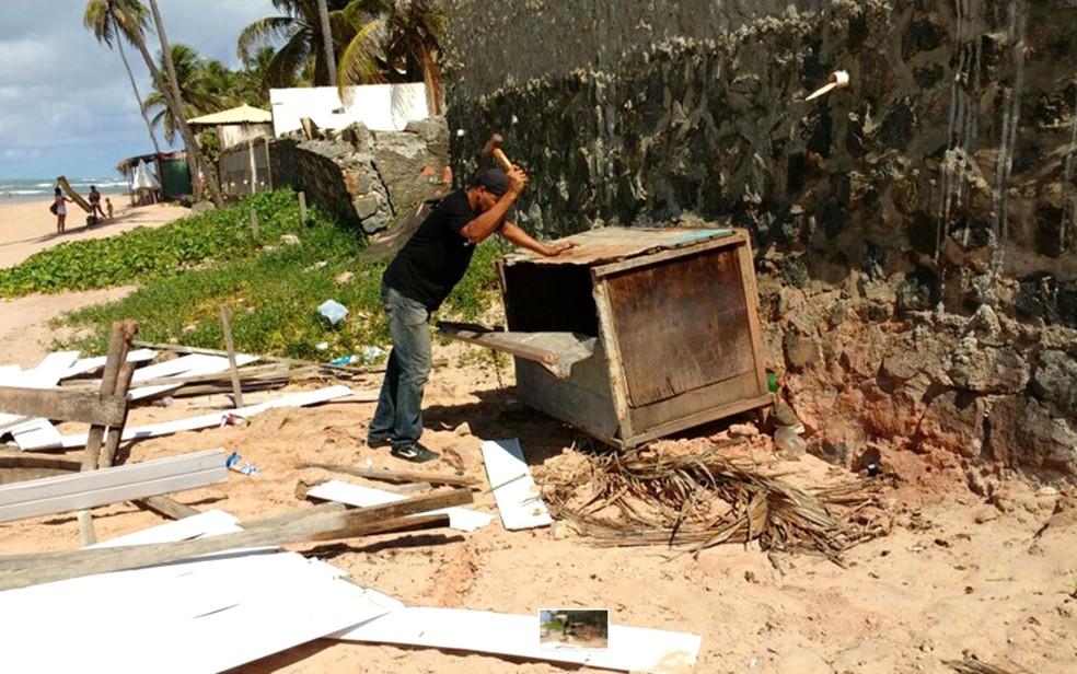 Prefeitura de Camaçari retira 10 barracas consideradas irregulares de praia em Jauá (Foto: Divulgação/Prefeitura de Camaçari)