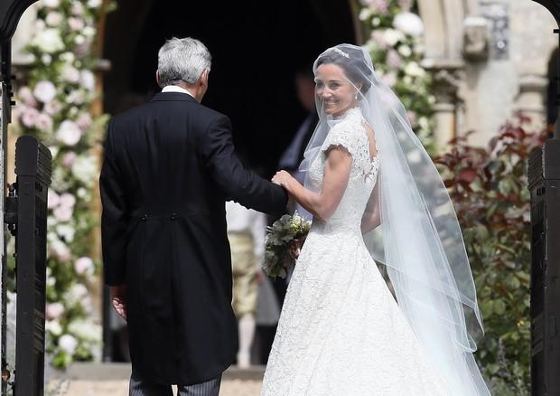 Pippa Middleton na porta da igreja com o pai (Foto: Getty Images)