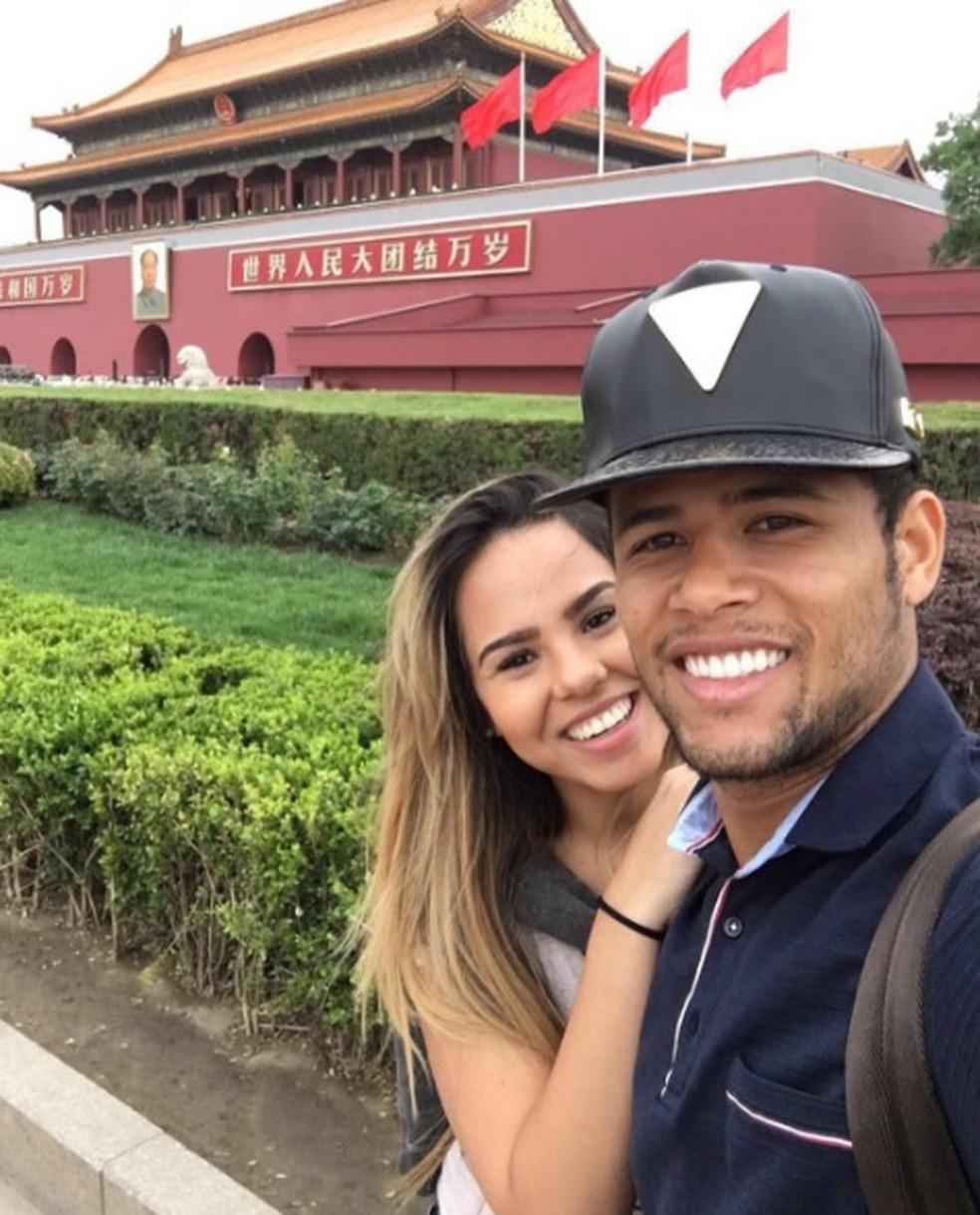 Geuvanio posa para selfie com esposa na China (Foto: Arquivo Pessoal)