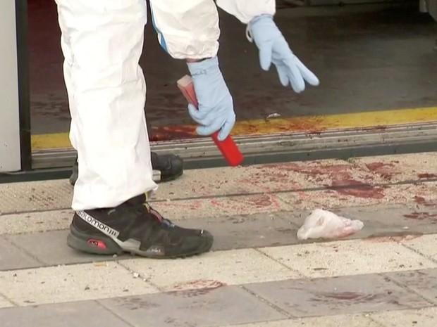 Investigador analisa pegadas com marcas na plataforma da estação Grafing, ao sul de Munique, na Alemanha, nesta terça-feira (10)   (Foto: Reuters TV)