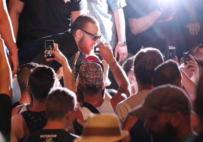 Conor McGregor atende fãs (Foto: Evelyn Rodrigues)