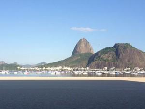 Cenário da Praia de Botafogo encanta pela beleza, mas água tem alto índice de poluição (Foto: Daniel Silveira / G1)