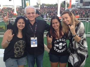 Roberto Medina entrega pulseira Vip para fãs que foram roubadas na fila do Rock in Rio (Foto: MariuchaMachado/G1)