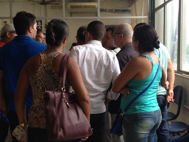 Famílias buscam informações no IML em Salvador (Foto: Natally Acioli/G1)