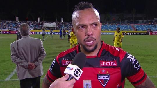 Autor do gol, Paulinho lamenta empate do Atlético-GO contra o Botafogo