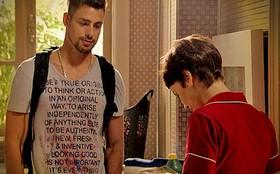 Jorginho procura Nina, lhe dá um presente e a deixa emocionada
