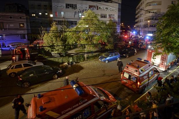 Equipes de emergência trabalham diante da boate Colectiv em Bucareste, onde dezenas de pessoas morreram em decorrência de um incêndio (Foto: Inquam Photo/Reuters)
