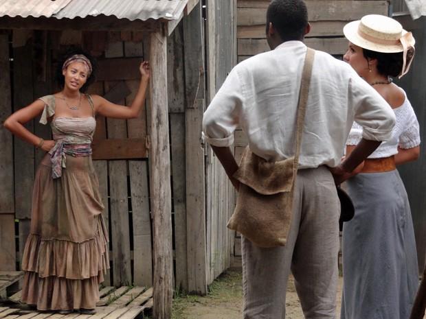 Berenice solta farpas ao ver a médica no morro (Foto: Lado a Lado/TV Globo)
