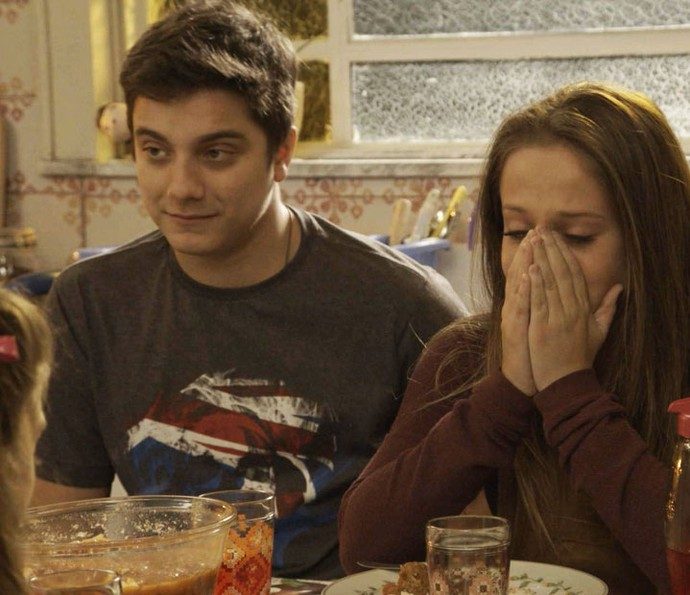 Carol fica muito emocionada com a atitude do piloto (Foto: TV Globo)