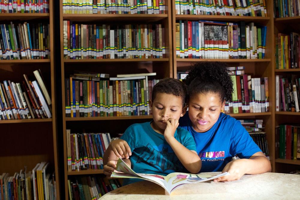Biblioteca Comunitária Caminhos da Leitura,Sidineia Chagas e Octavio Henrique  (Foto: Flávio Florido/ÉPOCA)