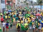 Grupo faz protesto contra corrupção na orla da Barra, em Salvador
