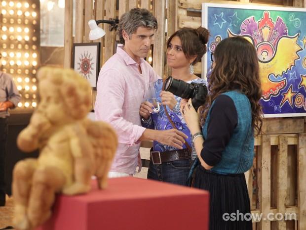 Marina mostra foto para o casal (Foto: Pedro Curi / TV Globo)