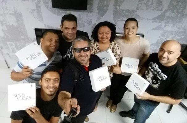 Ator caracterizado de aventureiro visita agências e entrega kits da novela Sete Vidas (Foto: TV Clube)