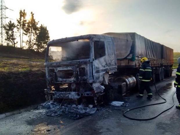 Cabine ficou totalmente destruída (Foto: PRF/Divulgação)