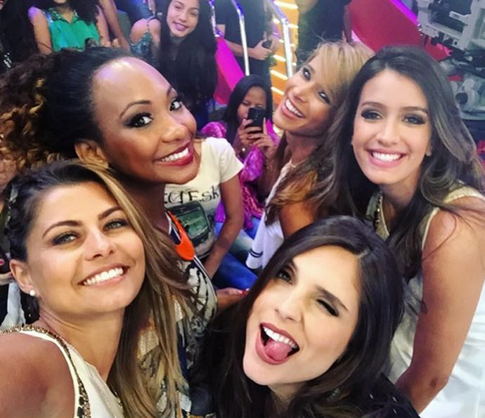 Bruna sorri com as outras assistentes de palco do 'Caldeirão' (Foto: Arquivo Pessoal)