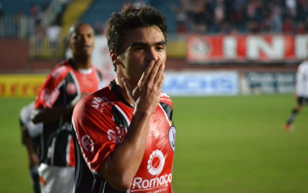 Arthur Maia gol Joinville (Foto: Leandro Ferreira)