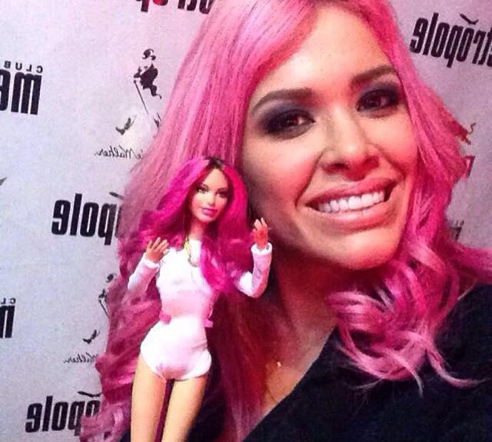 com a boneca que ganhou de um fã-clube (Foto: Arquivo pessoal)