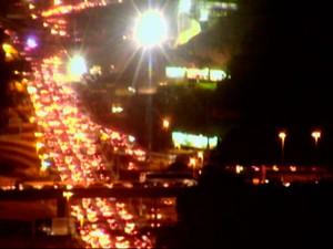 Trânsito na Avenida Paralela está lento na noite desta sexta-feira (Foto: Imagens/TV Bahia)