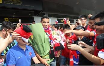 Alan Kardec é recebido com grande festa por torcedores chineses