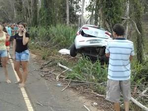 Carro bate em árvore e dois jovens morrem no Noroeste do Espírito Santo (Foto: Foto Leitor/ A Gazeta)
